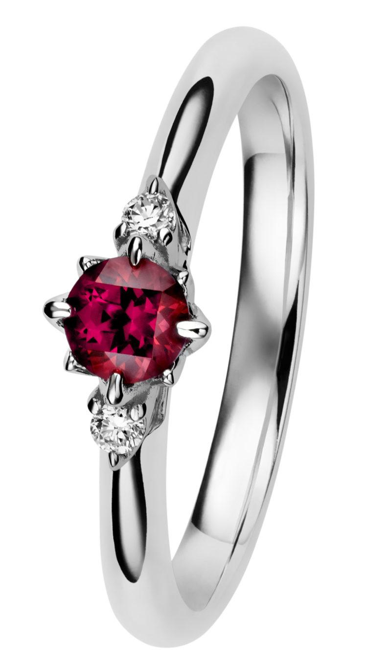 Rosa timanttisormus punaisella topaasilla on hyvä valinta, jos tykkää värikivistä.